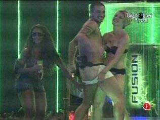 Sisters aproveitam a empolgação de Diogo e quase o deixam totalmente nu!