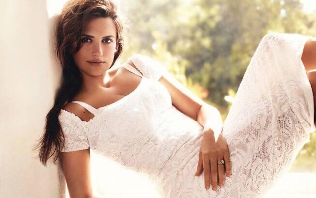 Penélope Cruz estampa a capa da revista de moda