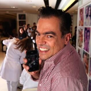 Marco Antônio com o seu inseparável iPhone