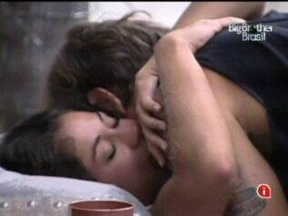 Casal se abraça na cama