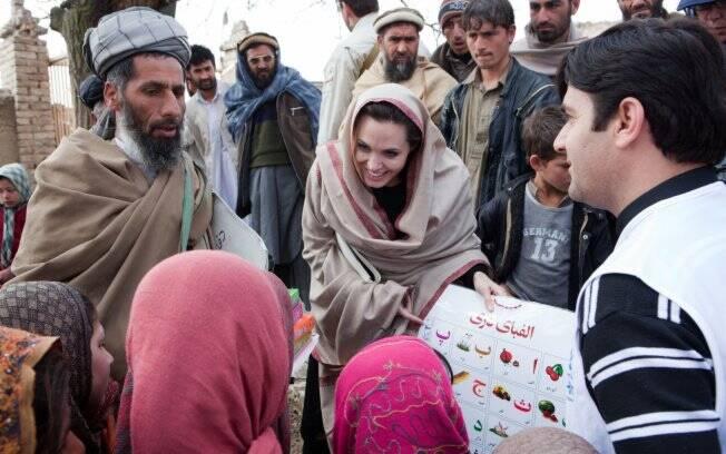 Angelina Jolie ao dar materiais escolares para os alunos da vila Qala Gudar, no Afeganistão