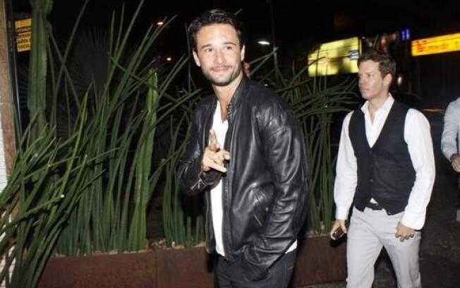 Rodrigo Santoro: todo simpático, o ator tirou fotos com fãs e distribuiu autógrafos na entrada do restaurante