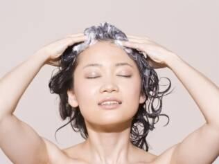 O cabelo se acostuma com o composto do xampu e por isso é indicado revezar os produtos