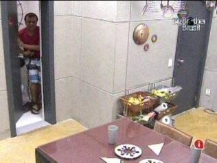 Daniel sai do banheiro para cumprir Castigo do Monstro