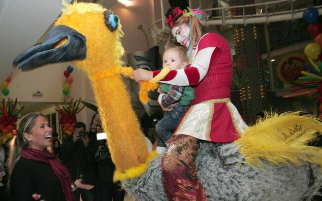 Galisteu brinca com Vittório montado em personagem de festa infantil