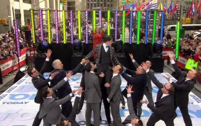 O astro da saga Harry Potter, Daniel Radcliffe, junto com um corpo de bailarinos se apresentaram no Rockefeller Plaza, em Nova York