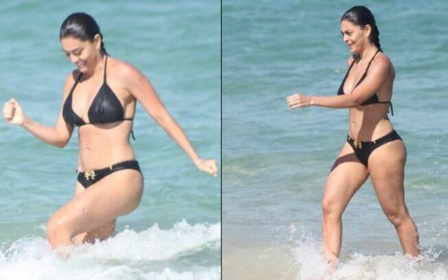 Juliana Paes se refresca em mar carioca