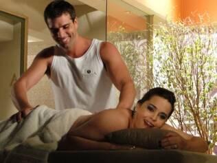 O massagista Zé Paulo atende aos pedidos de Duda