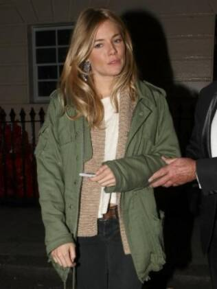 Sienna Miller saindo do Theatre Royal Haymarket, em Londres