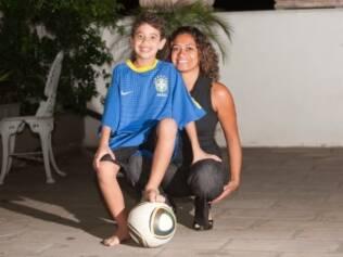 Bárbara e o filho, Bruno: ele joga futebol, anda de bicicleta e nunca teve uma crise durante a realização de qualquer uma dessas atividades