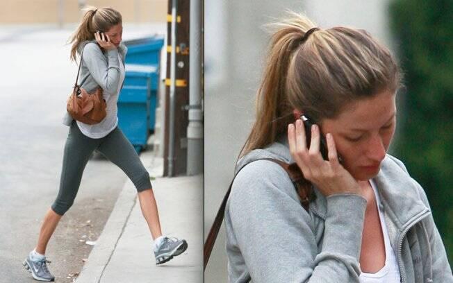 Gisele Bündchen entrando na academia ao telefone, nessa segunda-feira (20)