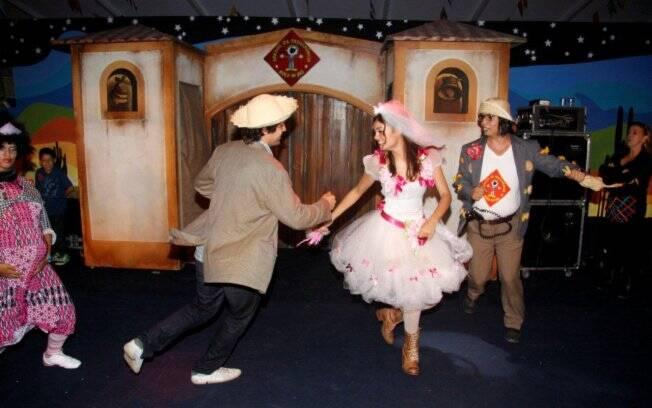 Gustavo Leão e Sophie Charlotte dançam quadrilha no Arraial da Providência