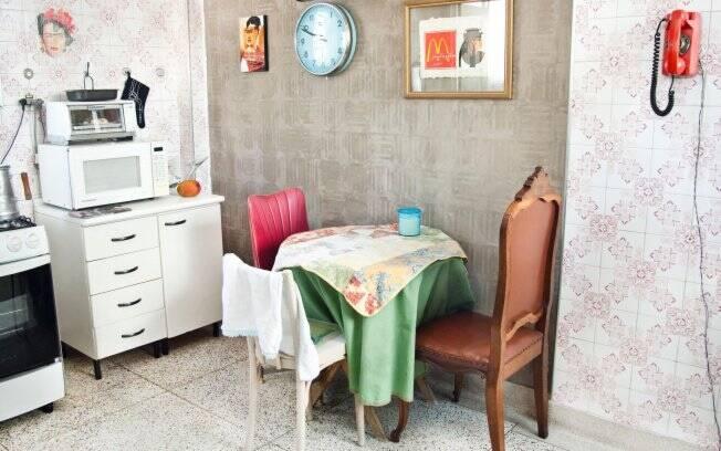 O designer Felipe Morosini Tirou os azulejos de uma das paredes da cozinha de sua casa. O ambiente ganhou um toque especial