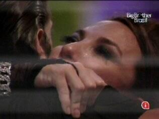 Michelly chora e abraça Maurício