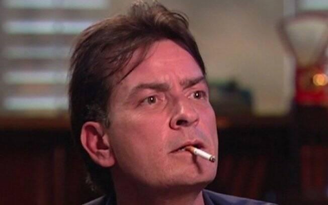 Charlie Sheen durante entrevista ao