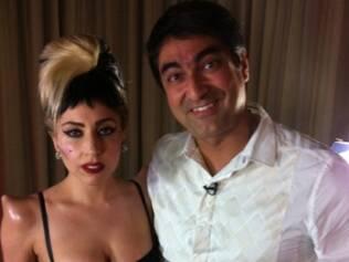 Lady GaGa, com seus apligues nos ombros, e Zeca Camargo