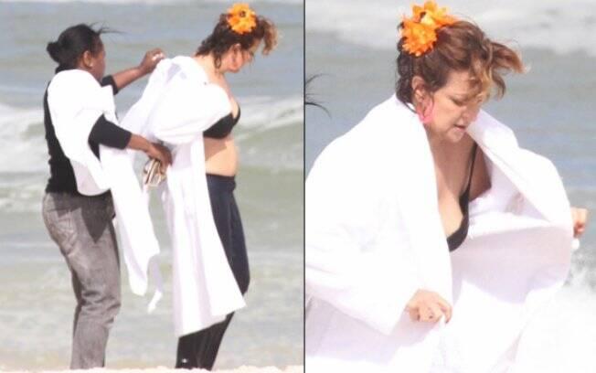 Betty Lago coloca roupão após se molhar em gravação