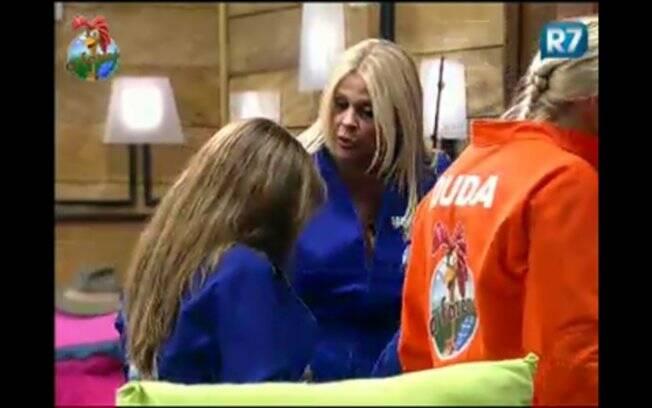 Raquel Pacheco recebe o carinho dos companheiros de confinamento
