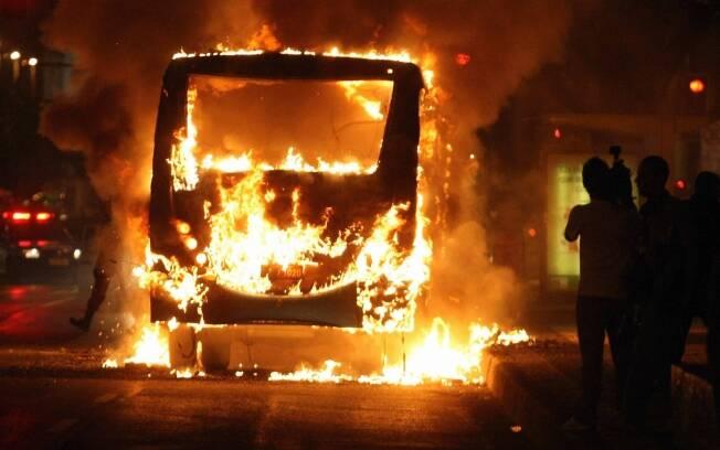 Resultado de imagem para ônibus incendiado no rio