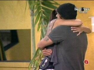 Mau Mau e Talula se abraçam na área externa