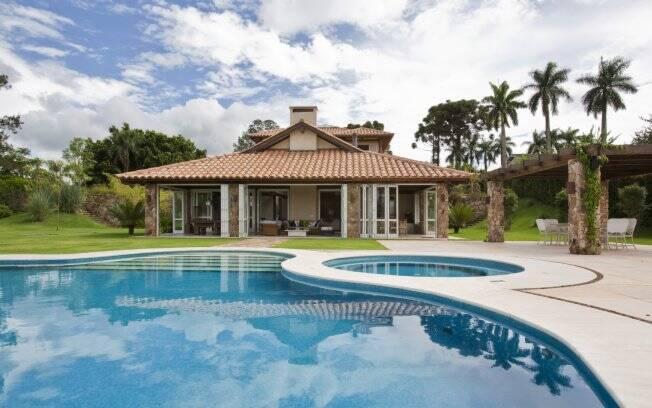 A casa em estilo colonial, localizada em um condomínio em Bragança Paulista, foi projetada por Fernando Sá