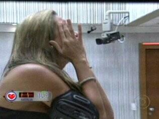 Natália se emociona ao ver sua mãe na plateia