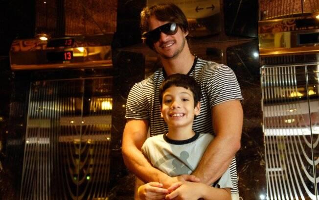 Rodrigo e Gabriel: o enteado apoia o namoro do ex-BBB com a mãe