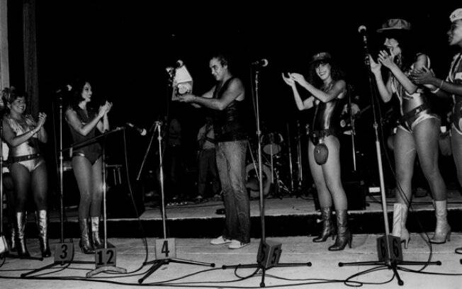 O sexteto feminino ao lado de Erasmo Carlos, na virada dos anos 70 para os 80
