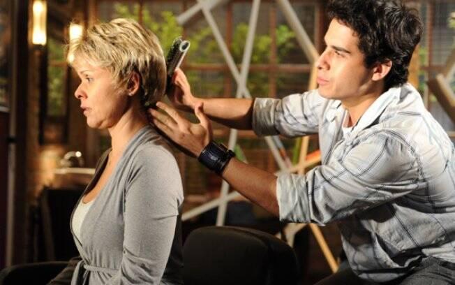 Bruna (Giulia Gam) e Julinho (André Arteche) em
