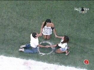Daniel, Talula e Maria rezam no jardim do reality