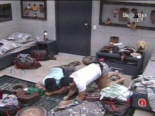 Maurício e Rodrigão observam Wesley passar mal