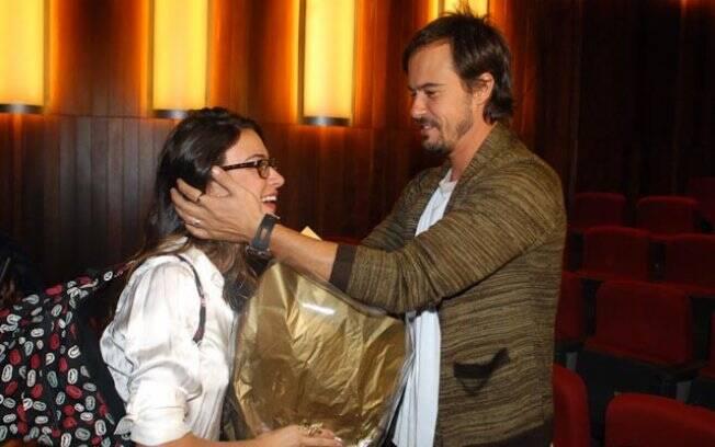 Paulinho Vilhena e Thaila Ayala: romântico, o ator presenteou a namorada com flores