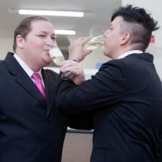 O primeiro casamento gay do Brasil teve brinde com champagne, como manda o figurino