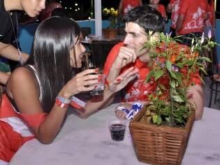 Reynaldo e Manoela conversam em uma mesa antes de assistirem aos trios elétricos