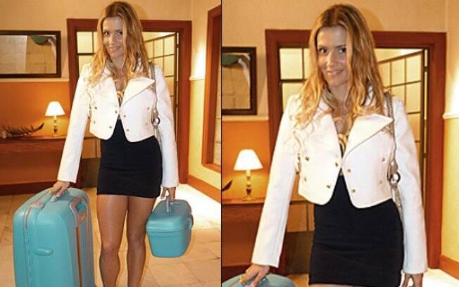 Natalie Lamour e sua jaqueta branca com detalhes dourados