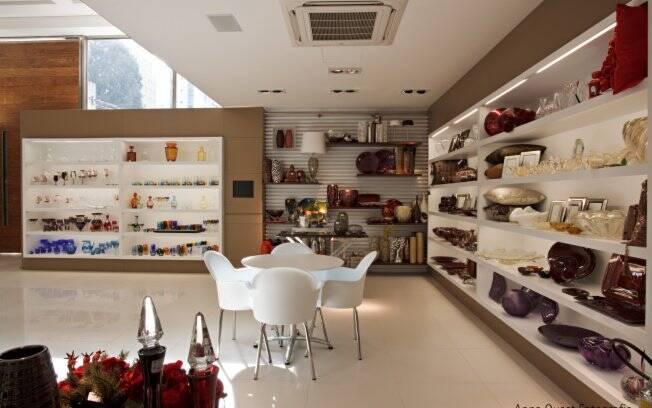 Baseada na sustentabilidade a loja Cleusa presentes utiliza piso impermeável nas áreas externas e conta com luz natural para iluminar o espaço