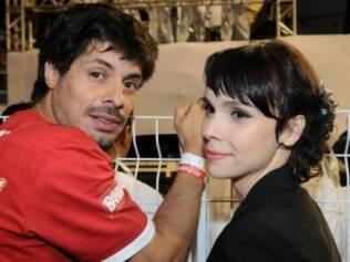 Débora Falabella ao lado do namorado, Daniel Alvim