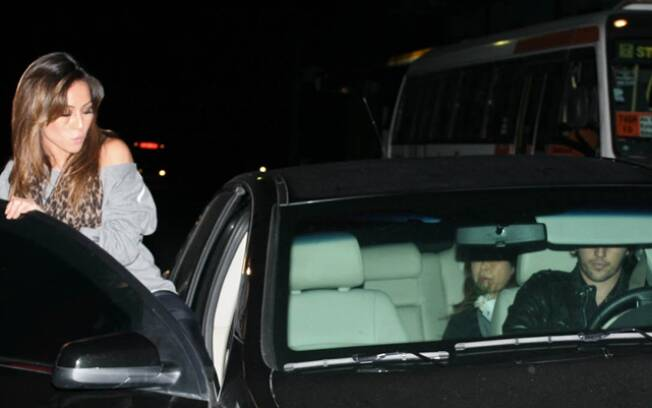Sabrina Sato entra no carro de Fábio Faria