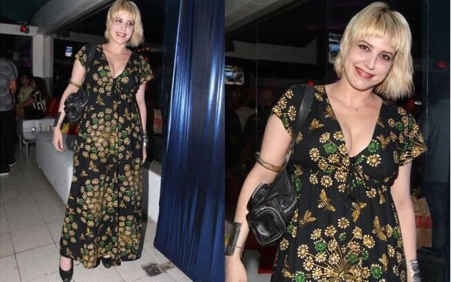 A cantora Danni Carlos errou nos acessórios: o vestido florido não combinou com o sapato e a bolsa de couro, que pesaram muito o visual