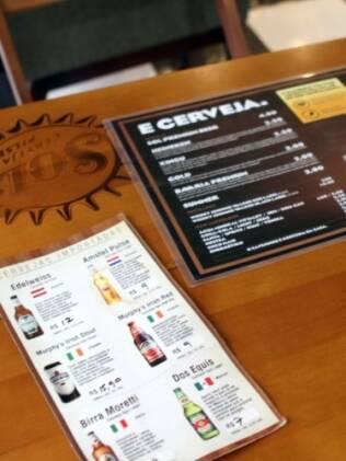 Entre hidratantes para cabelo e tinturas, balcão recria mesa de boteco e oferece cardápio de cervejas importadas