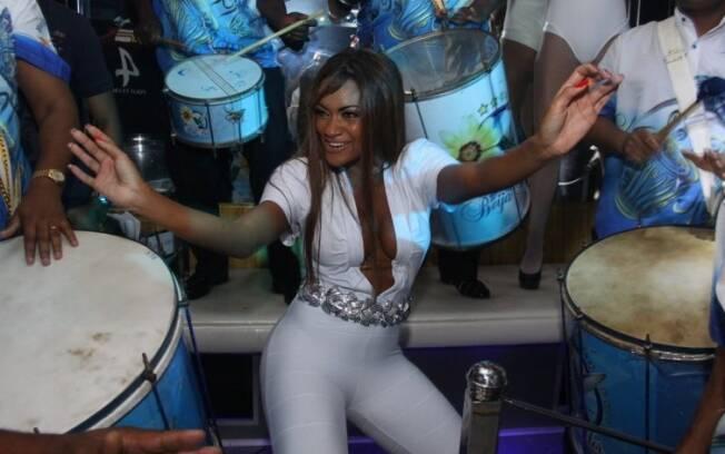 Jaque samba com a Beija-Flor em boate carioca