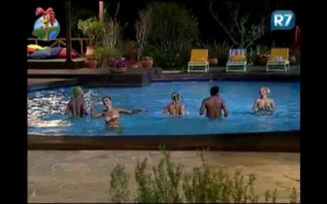 Peões se empolgam e malham dentro da piscina