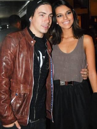 Di Ferrero acompanha Mariana Rios em noite de leitura teatral, em são Paulo