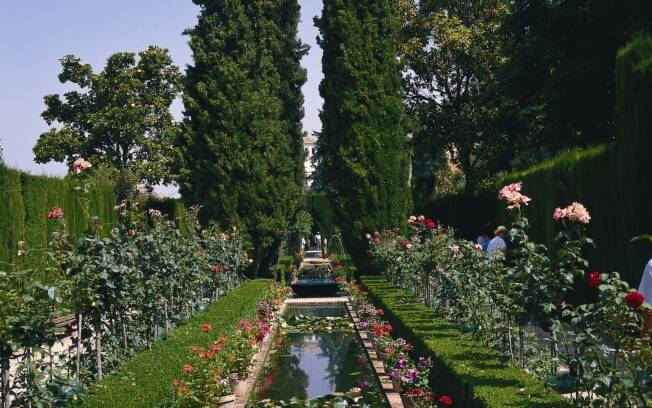 Rosas pinheiros e buxinhos são algumas das espécies que se vê em Alhambra, na Espanha