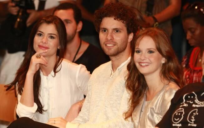 Alinne Moraes ao lado dos atores Thiago Fragoso e Fernanda Rodrigues
