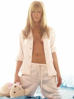 Jennifer Aniston de pijama, franjinha e topless no editorial da