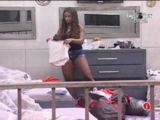 Jaqueline coloca as roupas nas malas