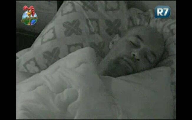 Dinei dorme tranquilamento durante a madrugada de sexta-feira (29)