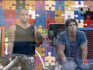 Diogo e Maurício malham e discutem as atitudes de Paulinha na casa