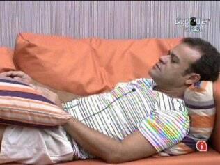 Daniel descansa no sofá da sala